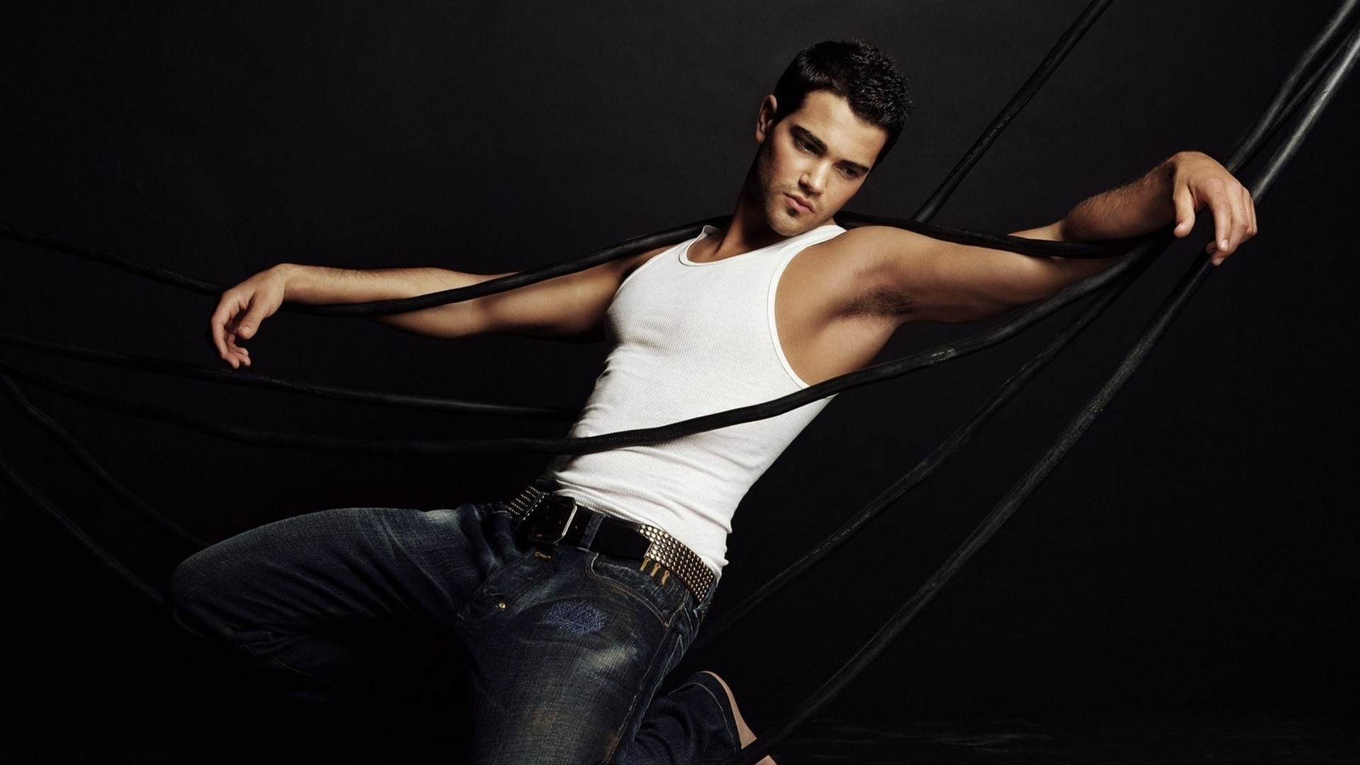 Image: Male, guy, brunet, person, actor, Jesse Metcalfe, t-shirt, white jeans, dark background