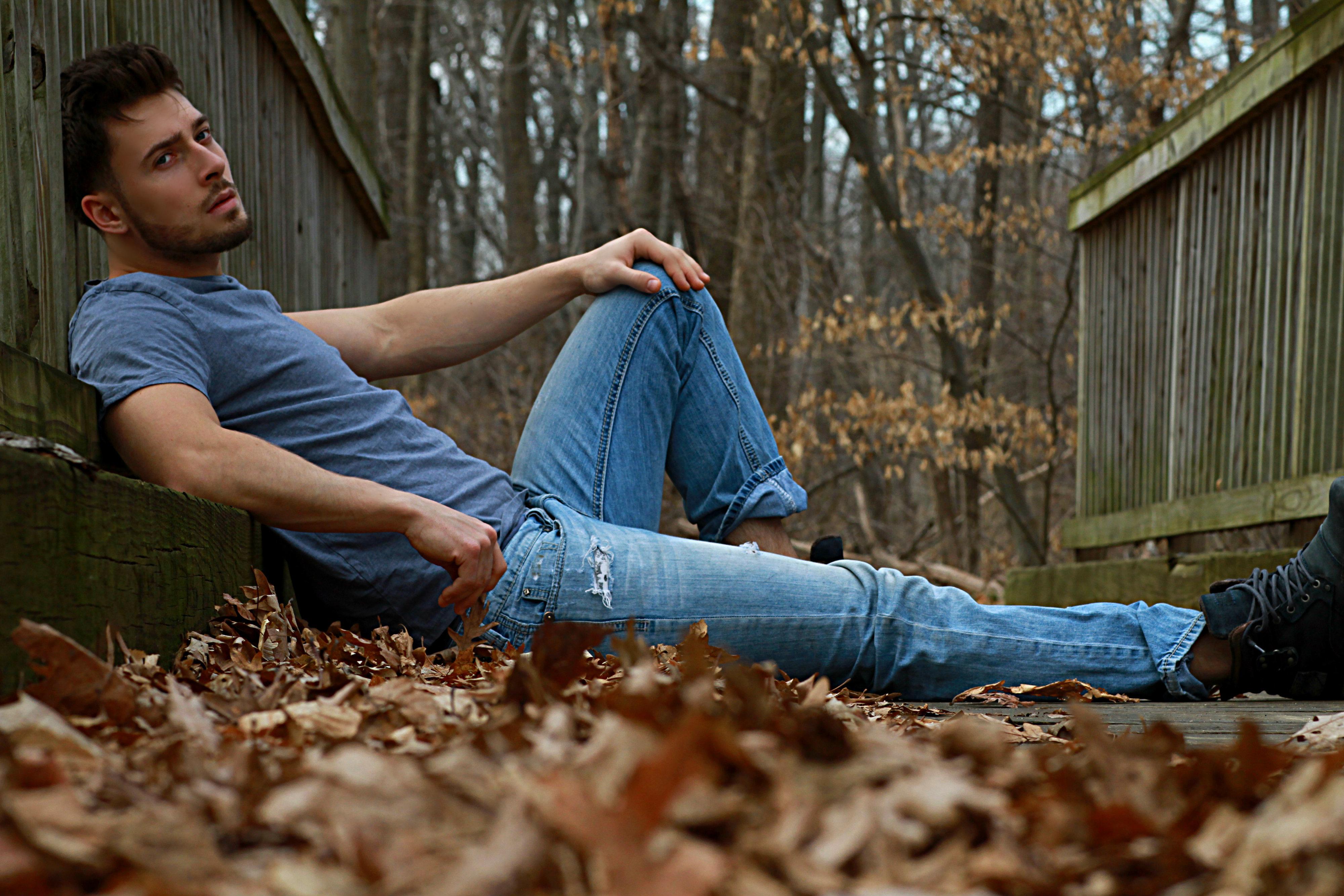 Картинка: Мужчина, парень, лицо, лежит, осень, листья, природа, отдых, ограждение