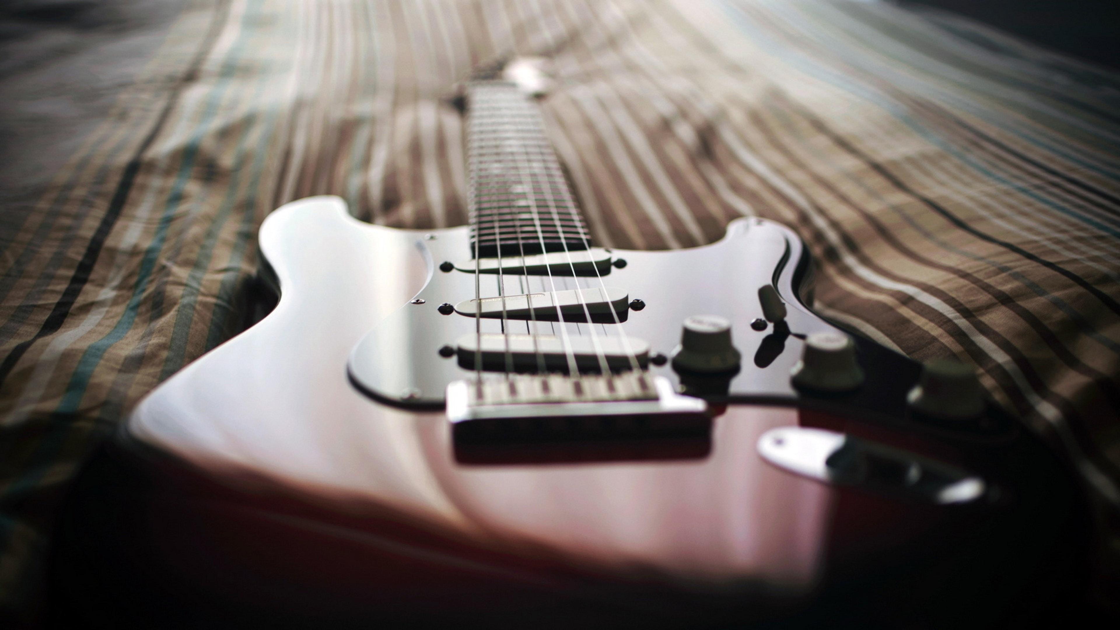 Картинка: Гитара, струны, одеяло, лежит
