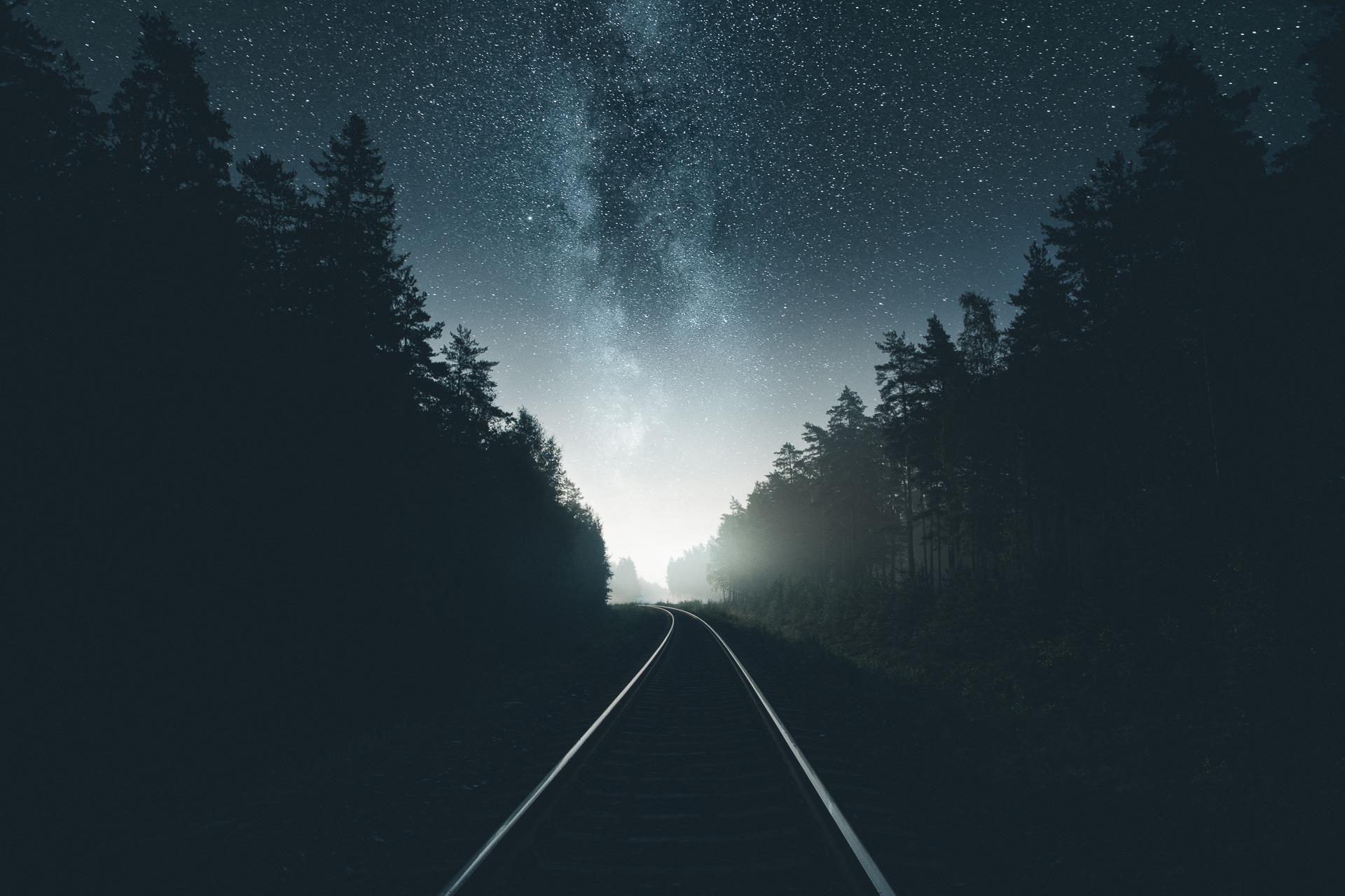 Картинка: Ночь, железная дорога, небо, звёзды, млечный путь, свет, лес