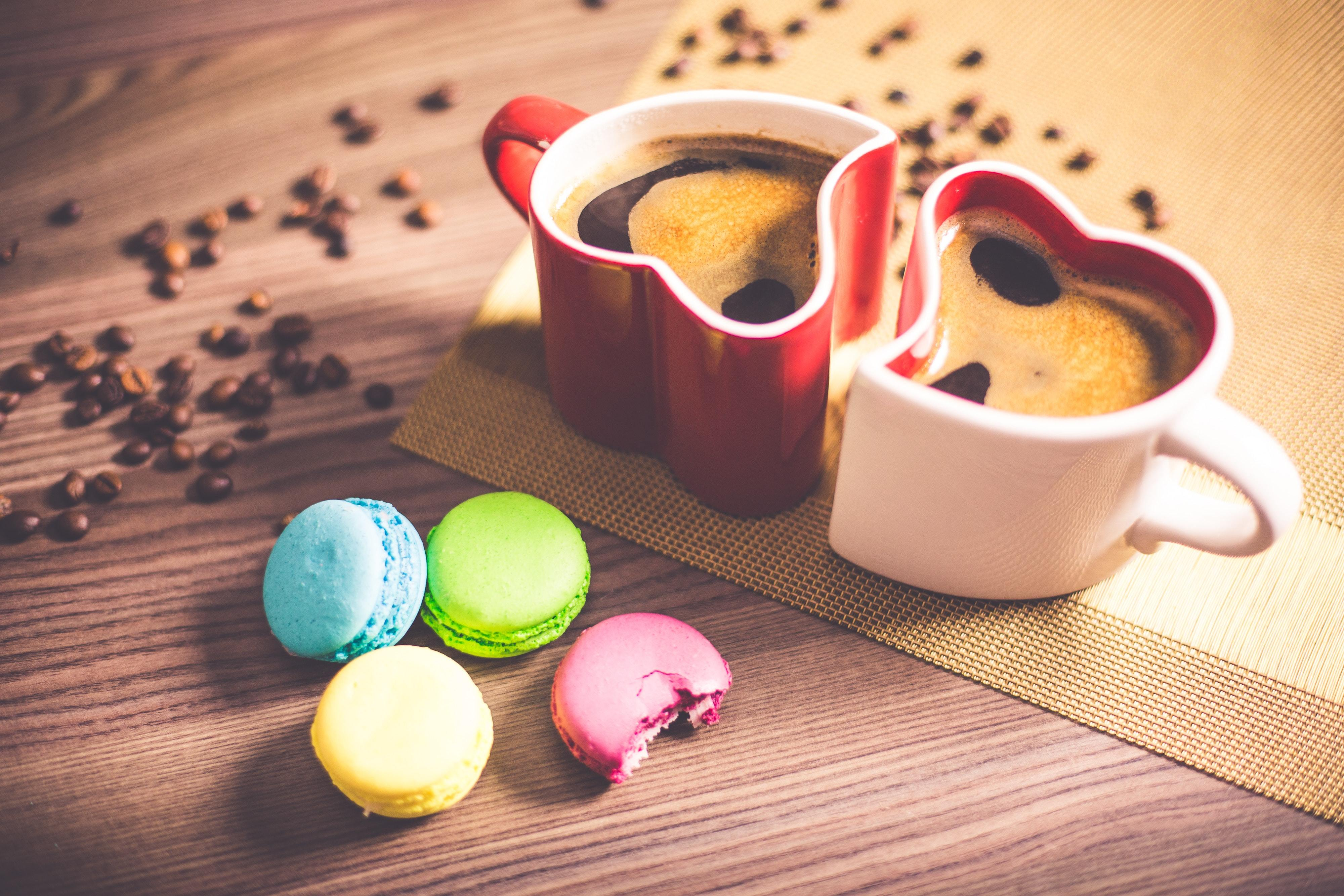 Картинка: Кружки, две, пара, кофе, форма, сердечки, зёрна, сладости