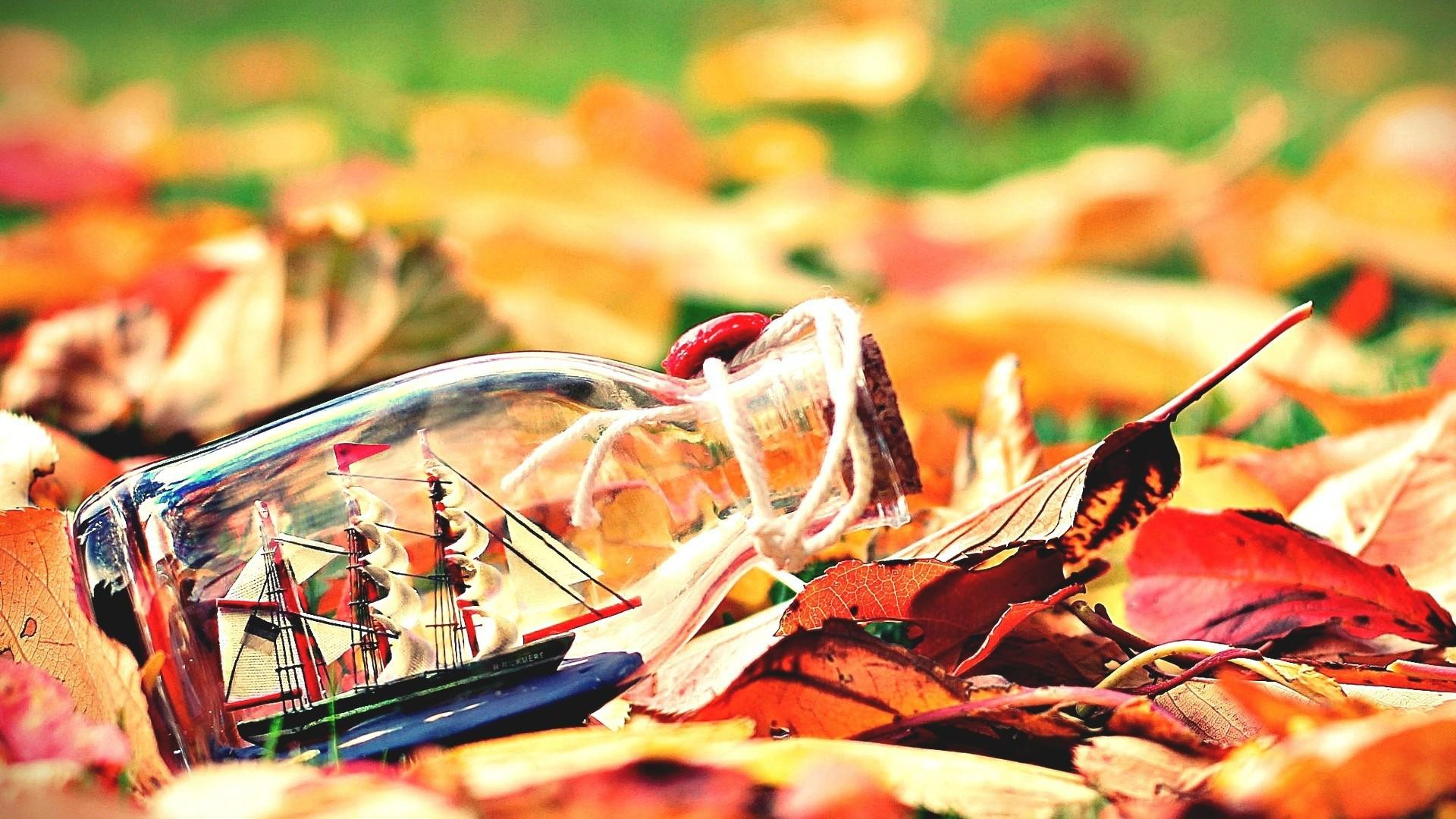 Картинка: Бутылка, кораблик, паруса, мачта, листья, осень