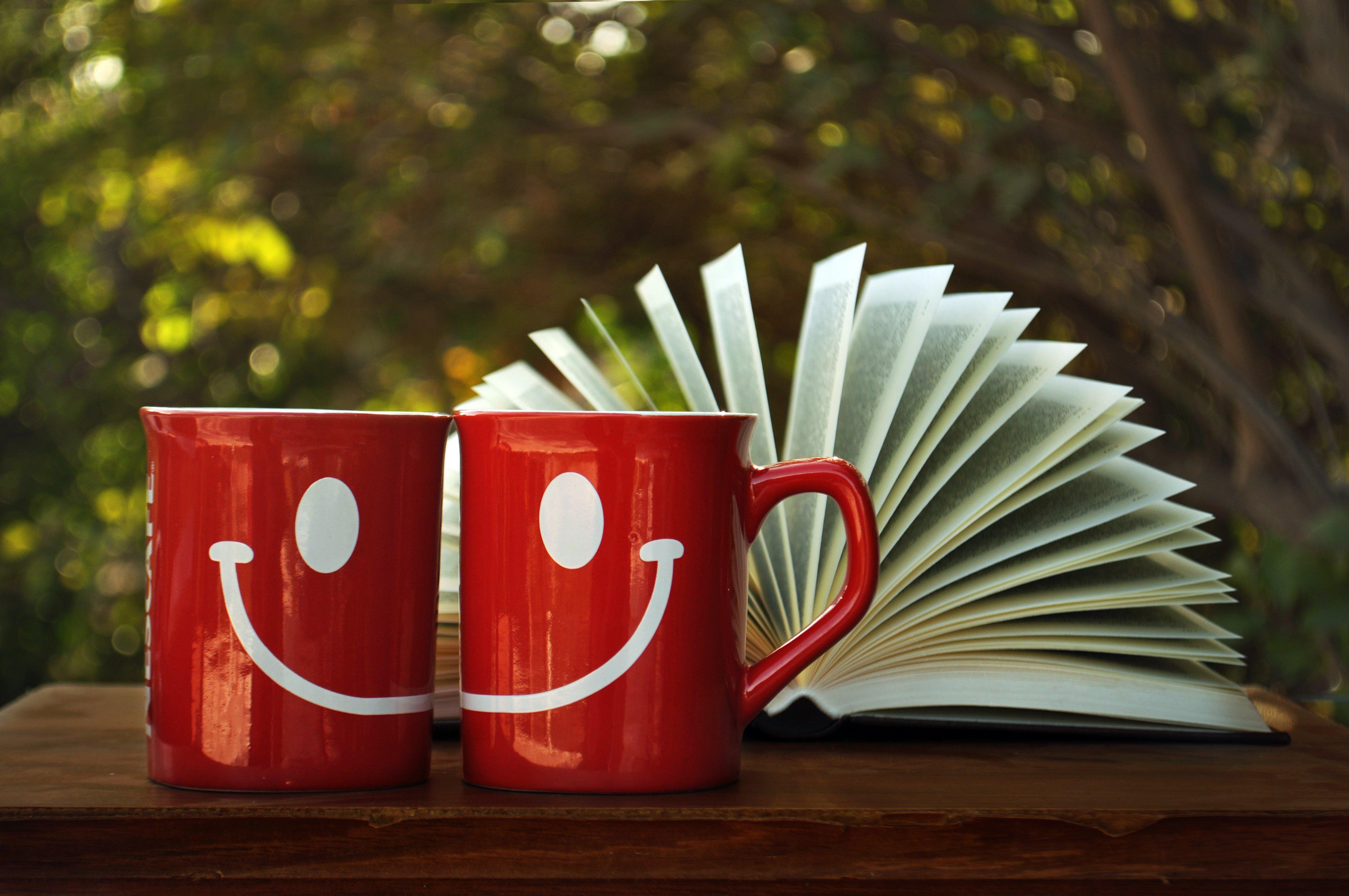 Картинка: Кружки, улыбка, настроение, красный, книга, листы