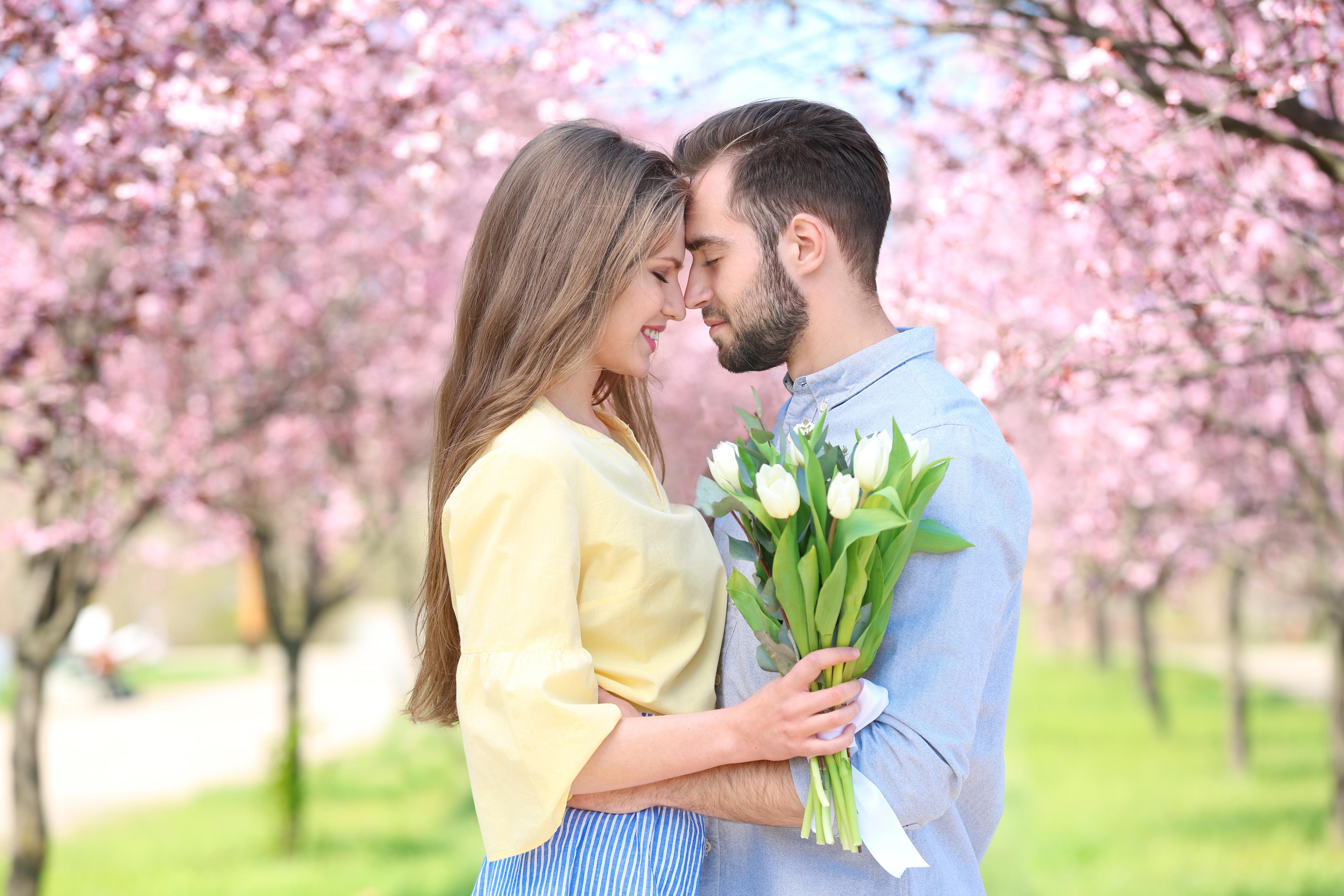 Картинка: Пара, цветы, тюльпаны, мужчина, девушка, любовь, парк, деревья