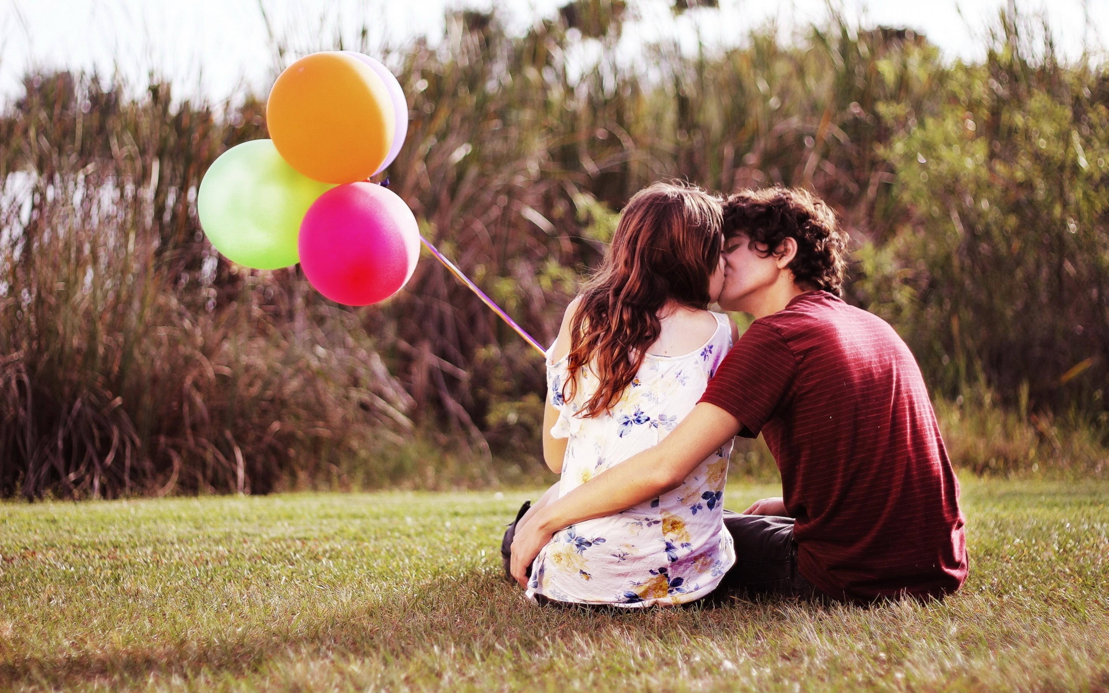 Картинка: Пара, девушка, парень, объятия, поцелуй, любовь, воздушные шары, природа