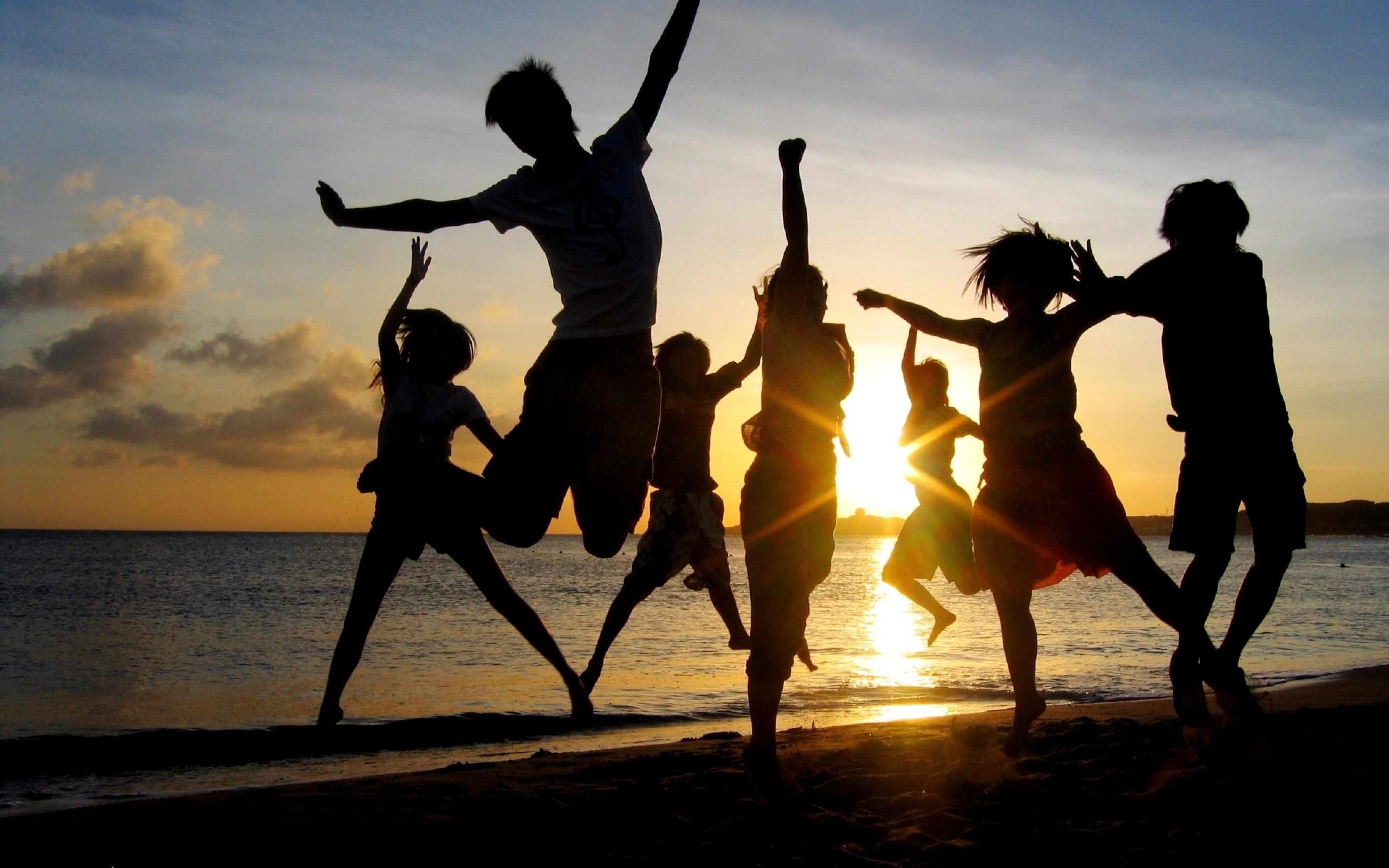 Картинка: Люди, силуэт, отдых, компания, друзья, веселье, настроение, море, пляж, закат, солнце, горизонт, небо, облака