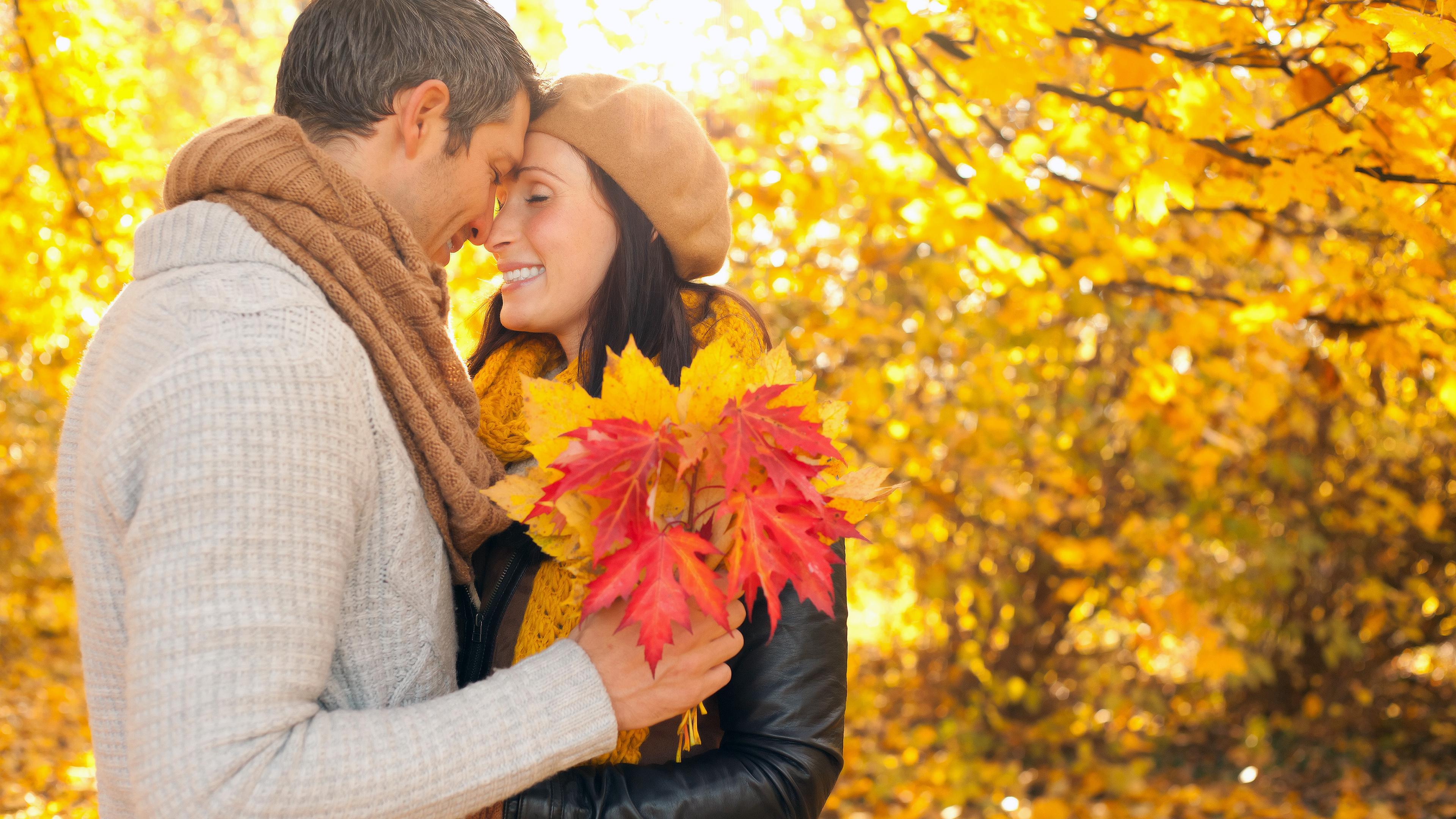 Картинка: Мужчина, женщина, пара, влюблённые, осень, листья, парк