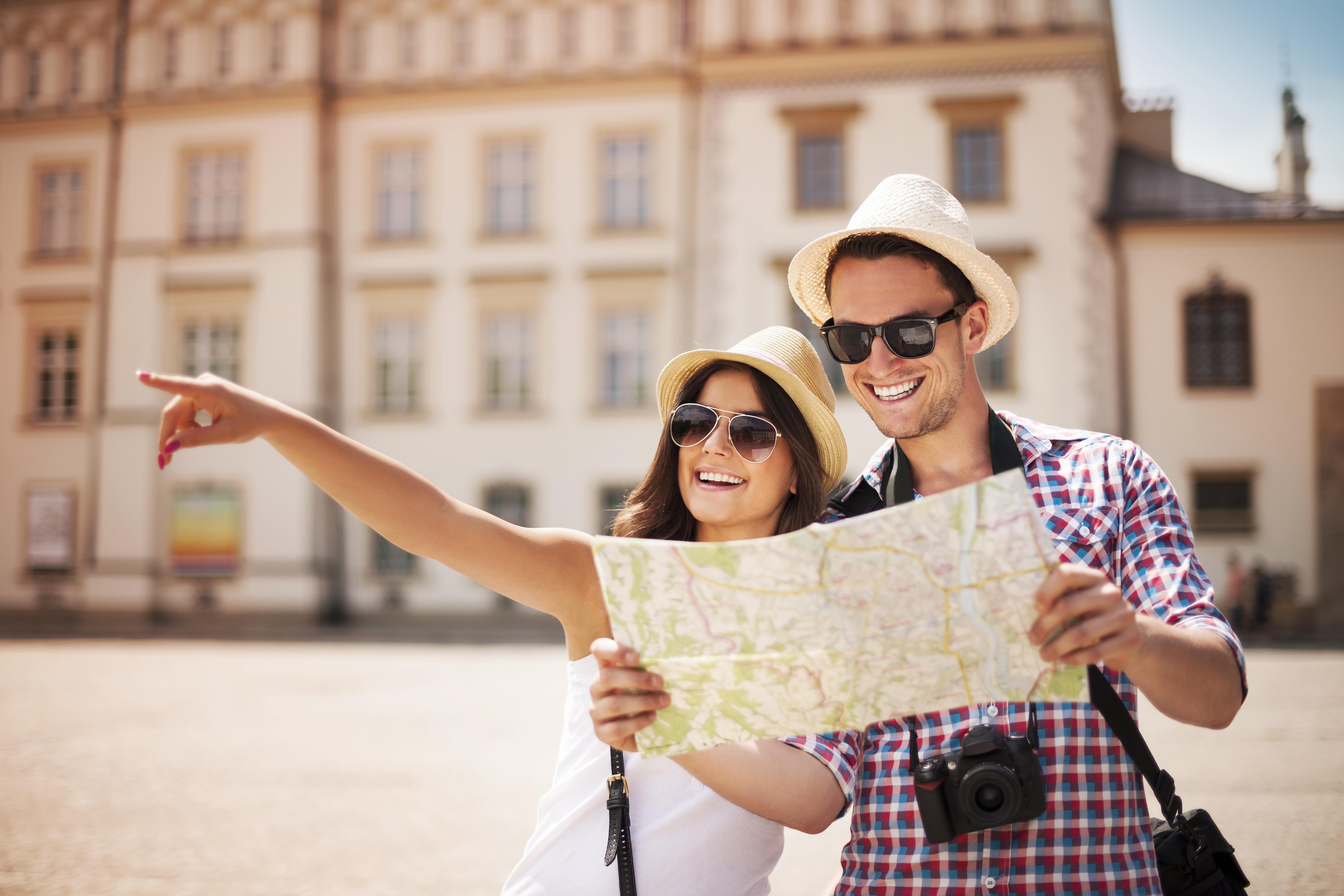Картинка: Парень, девушка, фотоаппарат, карта, путешествие, улыбка, радость