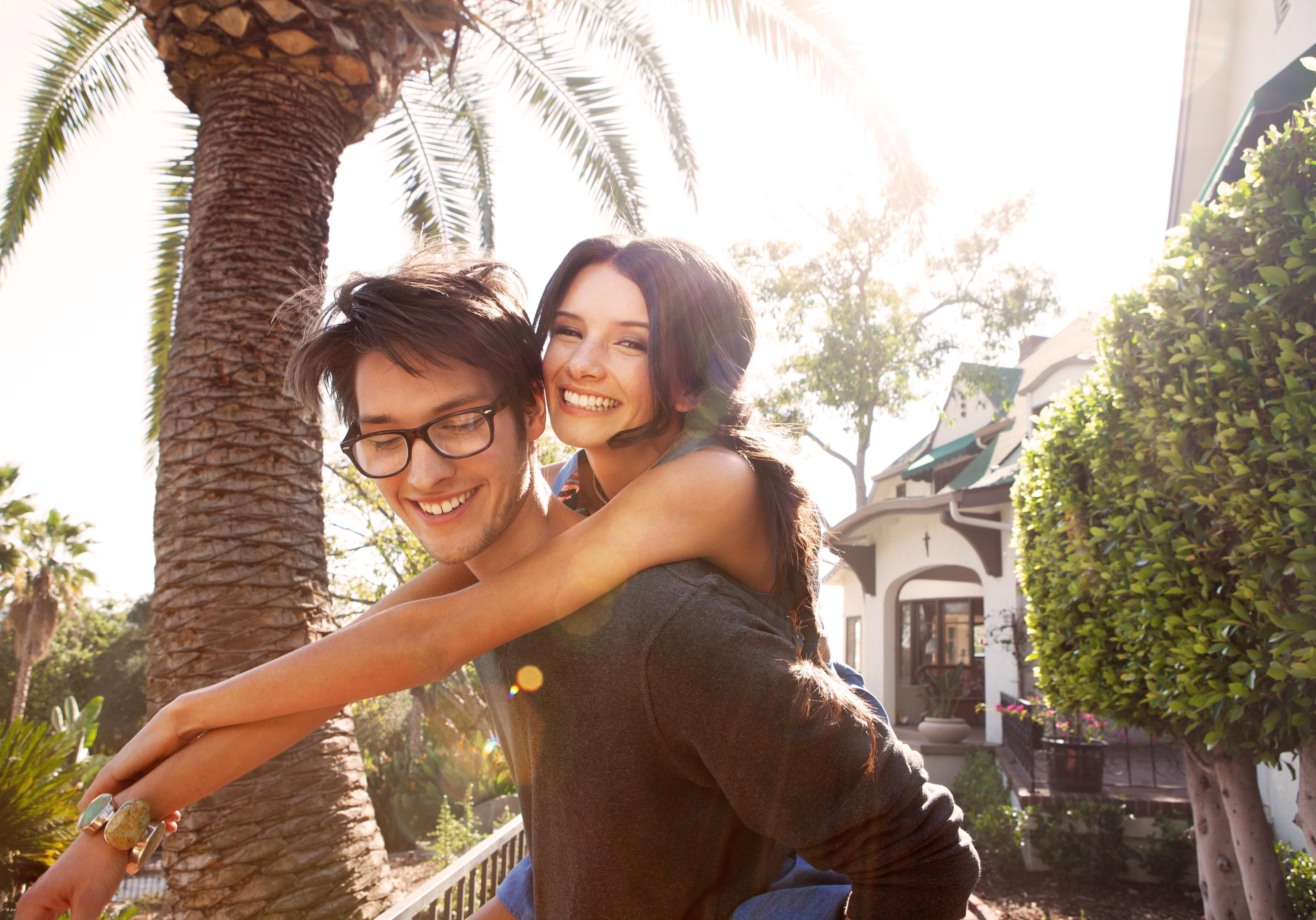 Картинка: Парень, девушка, улыбка, радость, пальма, деревья, улица, дом