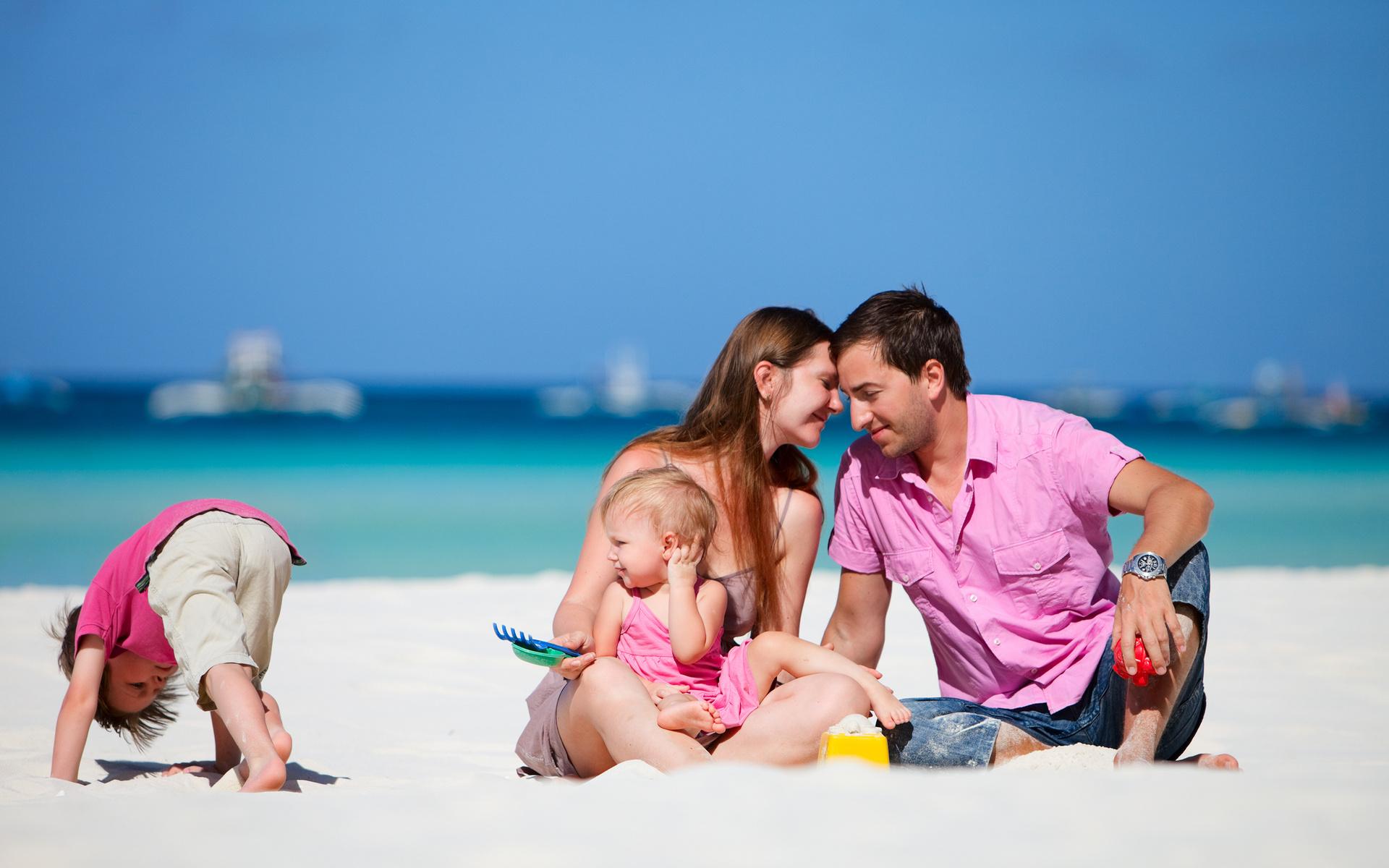 Картинка: Семья, мама, папа, дети, песок, формочки, игра, отдых, море, пляж, солнце