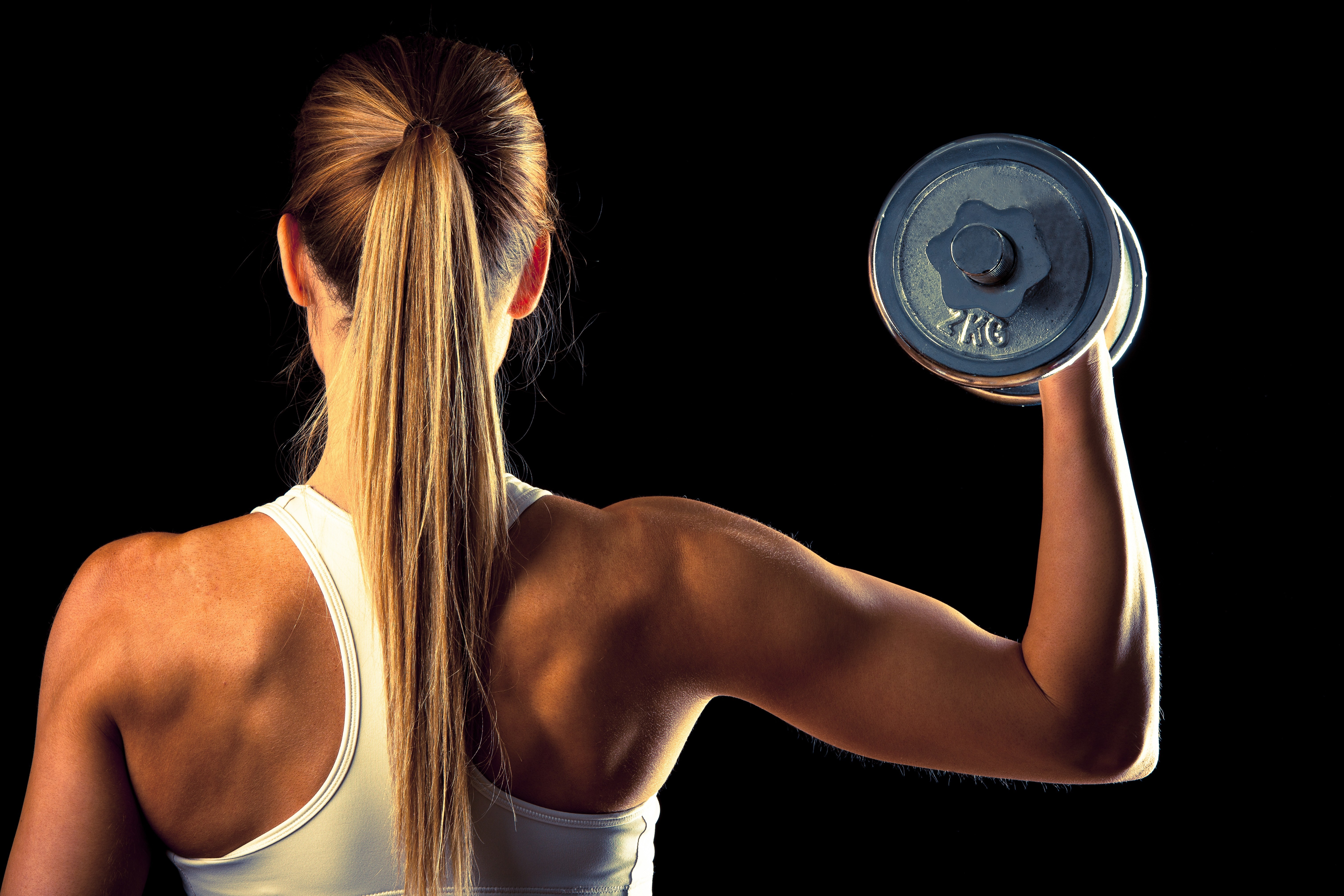Картинка: Девушка, спина, спортивная, гантель, чёрный фон