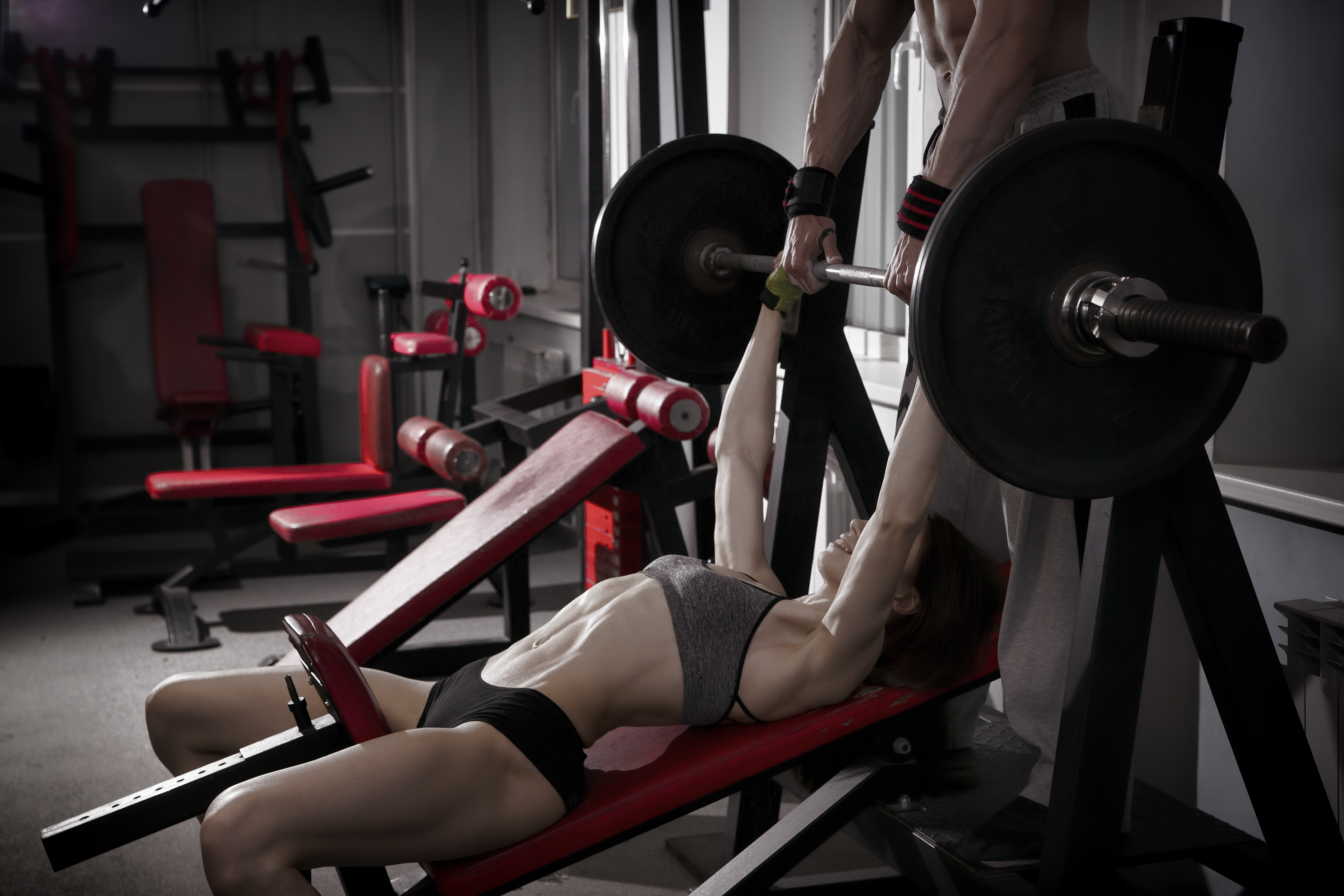 Картинка: Девушка, мужчина, поддержка, спортзал, штанга, жим лёжа, улыбка, фигура, тренажёры