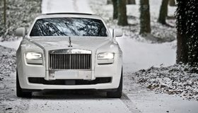 Картинка: Машина, бизнес, класс, фары, белый, дорога, снег, зима, деревья, Rolls-Royce, Ghost, Series II
