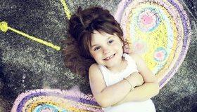 Картинка: Девочка, лежит, настроение, радость, улыбка, бабочка, рисунок