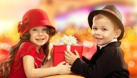 Картинка: Мальчик, девочка, дети, шляпа, подарок, праздник, улыбка, настроение, счастье