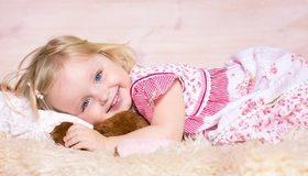 Картинка: Девочка, глаза, волосы, лежит, плед, подушка, игушка, платье, улыбка, настроение