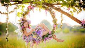 Картинка: Девочка, волосы, лицо, взгляд, фея, крылья, качели, цветы, венок, бусины, дерево