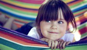 Картинка: Девочка, ребёнок, волосы, лицо, глаза, взгляд, лежит, гамак, полосы