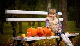 Картинка: Девочка, улыбка, скамья, тыквы, парк, осень