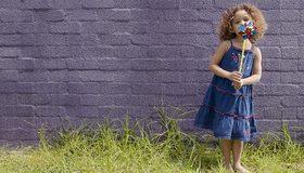 Картинка: Девочка, кудри, сарафан, вертушка, стена, трава, лето