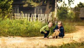 Картинка: Девочки, кошка, сидят, гуляют, игра, деревня, село, дорога, трава, деревья, настроение, радость, улыбка