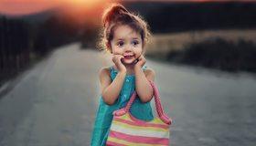 Картинка: Девочка, сумка, фон, размытость, закат, дорога, полоски
