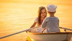 Картинка: Двое, лодка, вёсла, вода, мальчик, девочка, лицо, волосы, плывут, сидят, тельняшка, платье