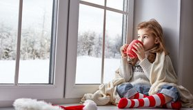 Картинка: Девочка, кружка, гольфы, шапка, плед, зима, окно, подоконник