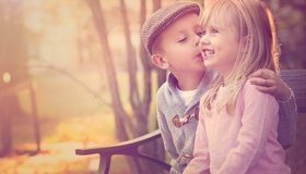 Картинка: Мальчик, девочка, поцелуй, улыбка, радость, настроение, дружба, скамейка, парк