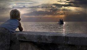 Картинка: Мальчик, корабль, вода, море, закат, чайки, небо, облака, настроение, грусть