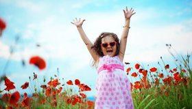 Картинка: Девочка, небо, поле, мак, цветы, очки, радость, счастье