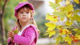 Картинка: Девочка, ребёнок, кепка, розовая, куртка, цвет, природа, осень, листья, взгляд