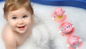 Картинка: Маленькая девочка, ребёнок, купание, ванна, пена, игрушки, радость, улыбка