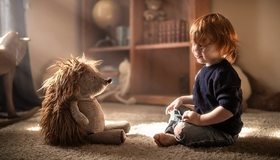 Картинка: Ребёнок, мальчик, игрушка, ёжик, иголки, комната, игра, сидит