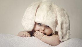 Картинка: Малыш, ребёнок, глазки, взгляд, шапка, ушки, белая