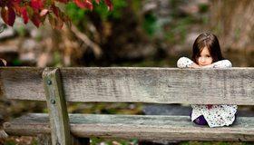 Картинка: Девочка, скамейка, сидит, смотрит, осень