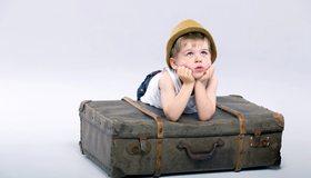 Картинка: Мальчик, шляпа, смотрит, чемодан, фон
