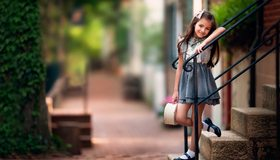 Картинка: Девочка, стоит, лестница, ступеньки, перила, улыбка, настроение, улица