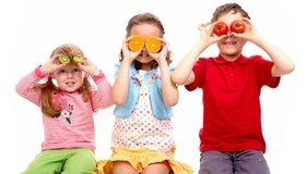 Картинка: Дети, трое, мальчик, девочки, игра, настроение, позитив, киви, апельсин, дольки, помидоры, белый фон
