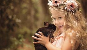 Картинка: Девочка, кролик, держит, смотрит, улыбается, настроение, волосы, венок, цветочки