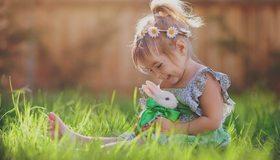 Картинка: Девочка, улыбка, настроение, лето, трава, кролик, венок, цветы, бантик