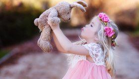 Картинка: Девочка, ребёнок, волосы, цветы, венок, платье, розовое, игрушка, заяц