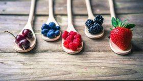 Картинка: Ложки, деревянные, ягоды, малина, ежевика, виктория, клубника, черешня, голубика