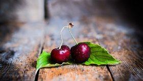 Картинка: Черешня, две, ягоды, листики, доски, капли