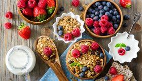 Картинка: Мюсли, завтрак, витамины, малина, клубника, черника, изюм, хлебцы, молоко