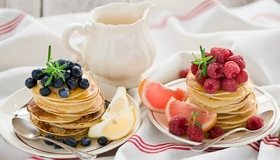 Картинка: Блинчики, панкейки, ягоды, малина, черника, цитрус, лимон, грейпфрут, ложки, тарелки, полотенце