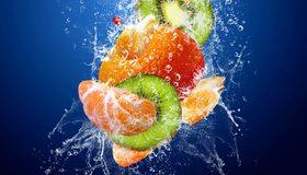 Картинка: Фрукты, дольки, киви, мандарин, апельсин, вода, брызги, погружение, синий фон
