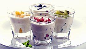 Картинка: Напитки, коктейль, тарелка, стаканы, фрукты, ягоды, молоко