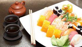 Картинка: Роллы, суши, соус, морепродукты, Японская кухня, палочки, напиток