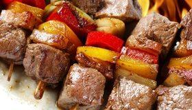 Картинка: Шашлык, мясо, овощи, шпажки, огонь